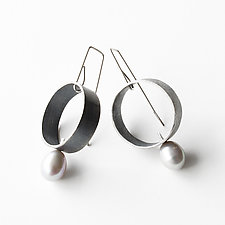 Jolie Silver Circle Earrings with Gray Pearl by Jackie Jordan (Silver & Pearl Earrings)