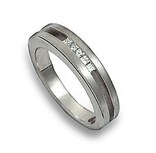 Parallel Radius with 5 Diamonds by Claudia Endler (Gold & Stone Wedding Band)