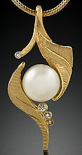 White South Sea by Rosario Garcia (Gold, Stone & Pearl Necklace)