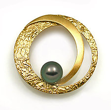 Large Circle Brooch with Pearl by Keiko Mita (Gold & Pearl Brooch)
