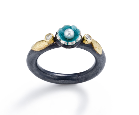 """Flower Ring with two Diamonds"""